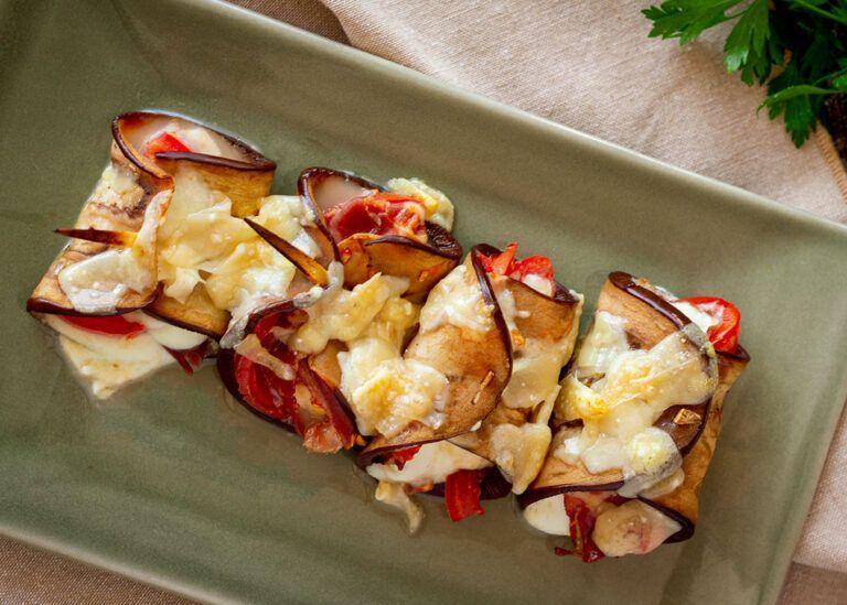 Rollito de berenjena con jamón serrano, tomate y queso